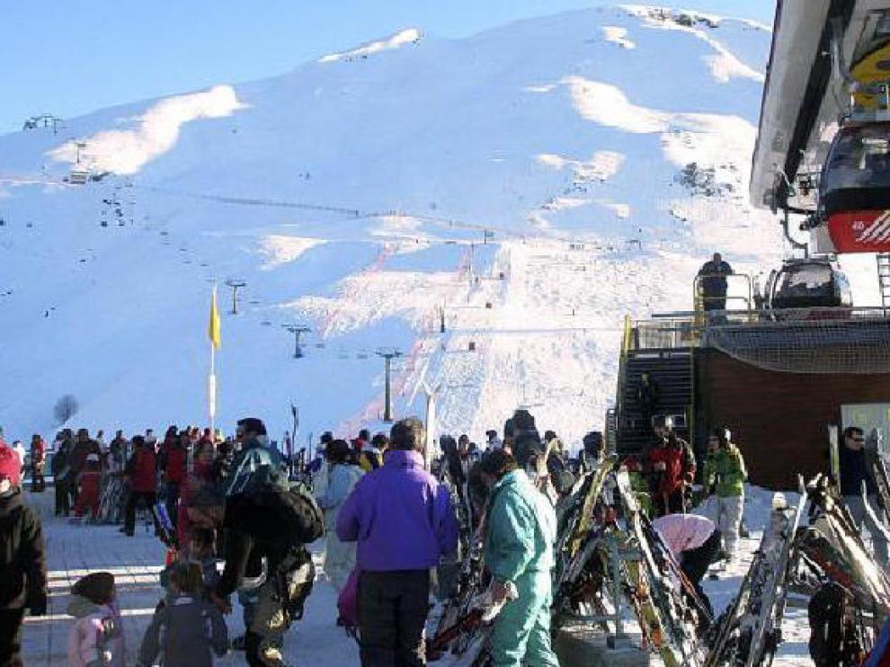 Los esquiadores que eligieron ayer Panticosa disfrutaron de una jornada muy soleada.