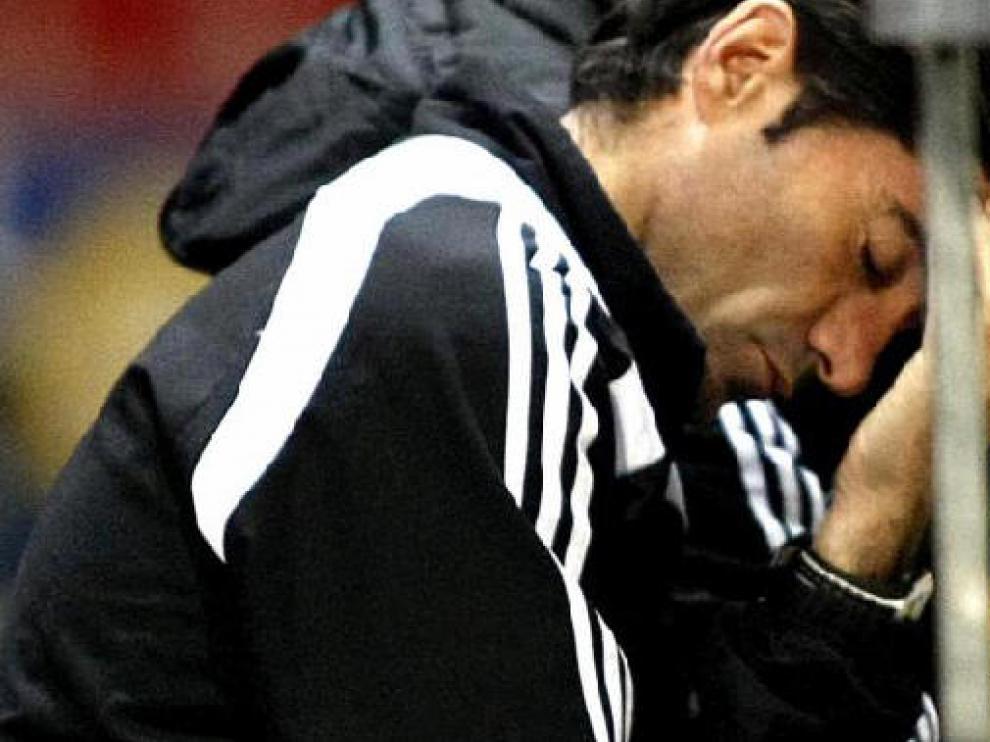 Marcelino, con gesto de desolación y preocupación en el banquillo del Real Zaragoza.