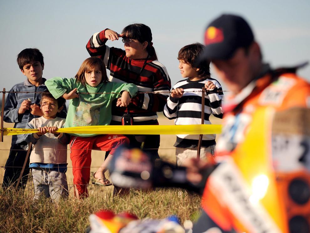 Unos niños observan a Marc