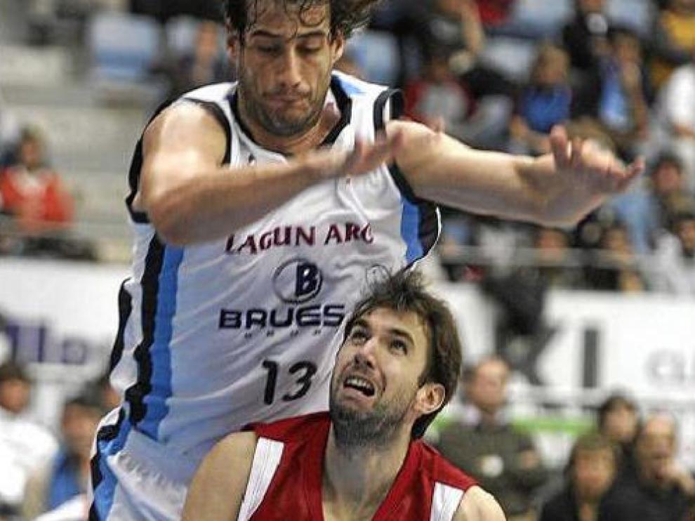 El checo Starosta trata de levantarse ante la oposición del jugador del Bruesa David Doblas