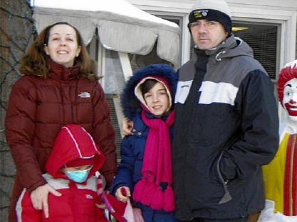 José Carlos Galera, con sus padres y su hermana Silvia, ayer, ante la residencia Ronald McDonald, tras abandonar el hospital