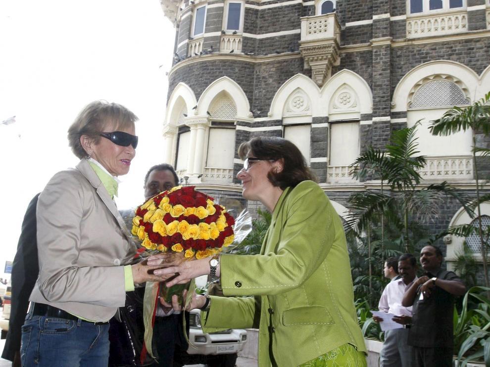 De la Vega es recibida a la entrada del hotel Taj Mahal