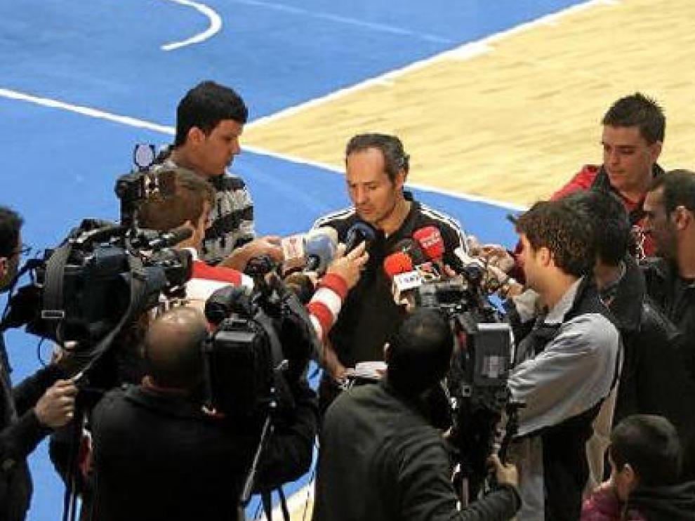 Curro Segura lidió ayer con los medios tras el entrenamiento matinal