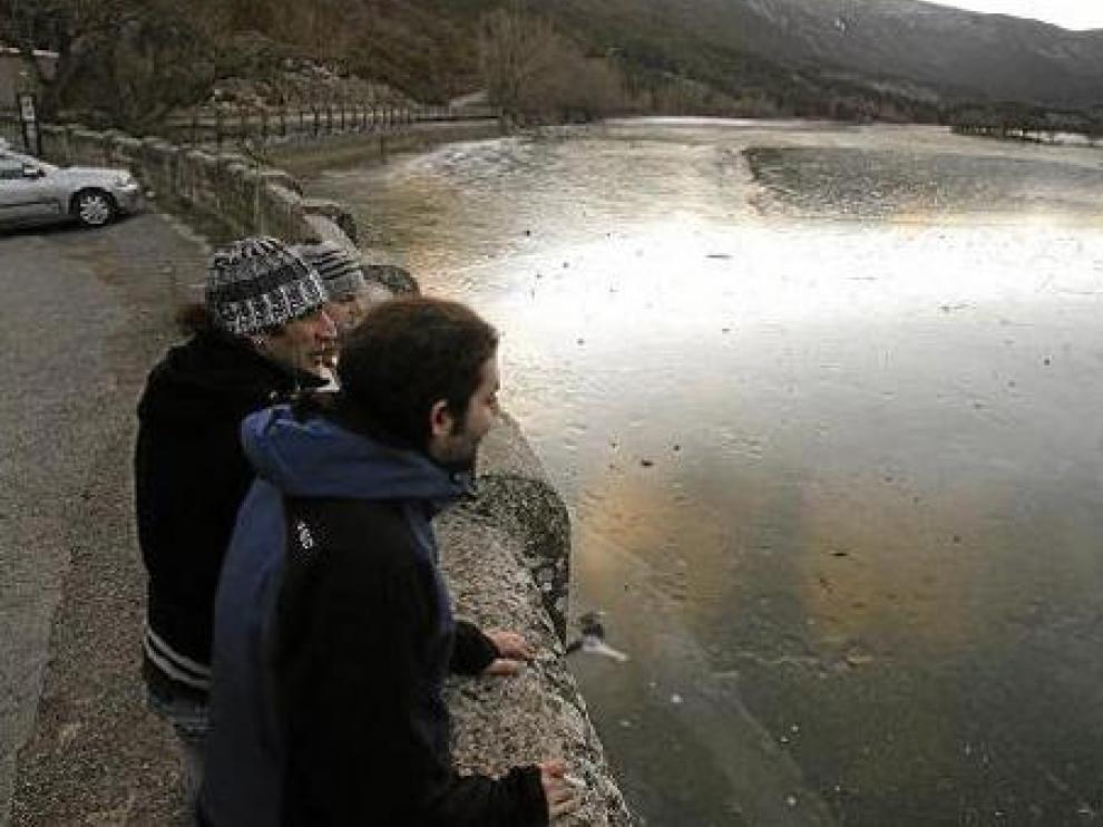 Las bajas temperaturas congelaron ayer las aguas del embalse de Arguis