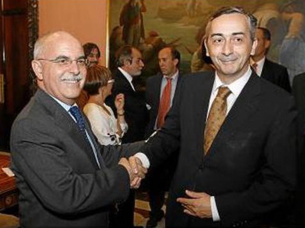 Larraz y Ocaña se saludan antes de la comisión mixta de junio