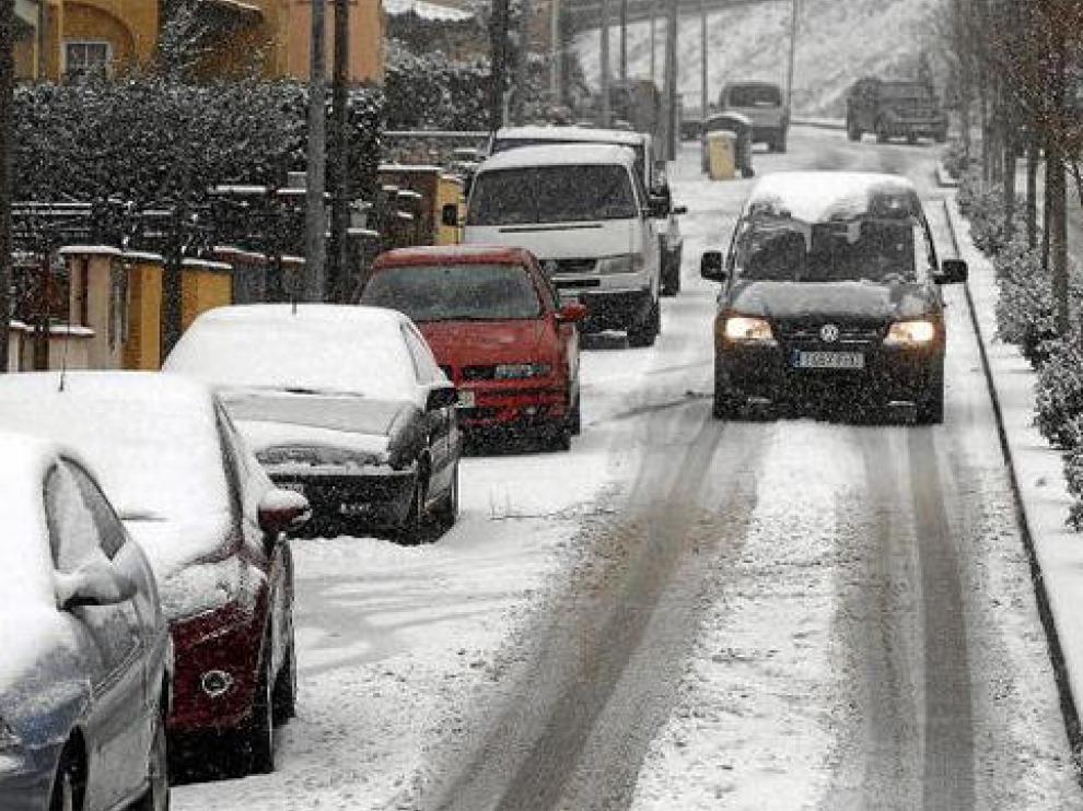 Un vehículo circula por una de las calles de Sant Hilari de Sacalm (Gerona)