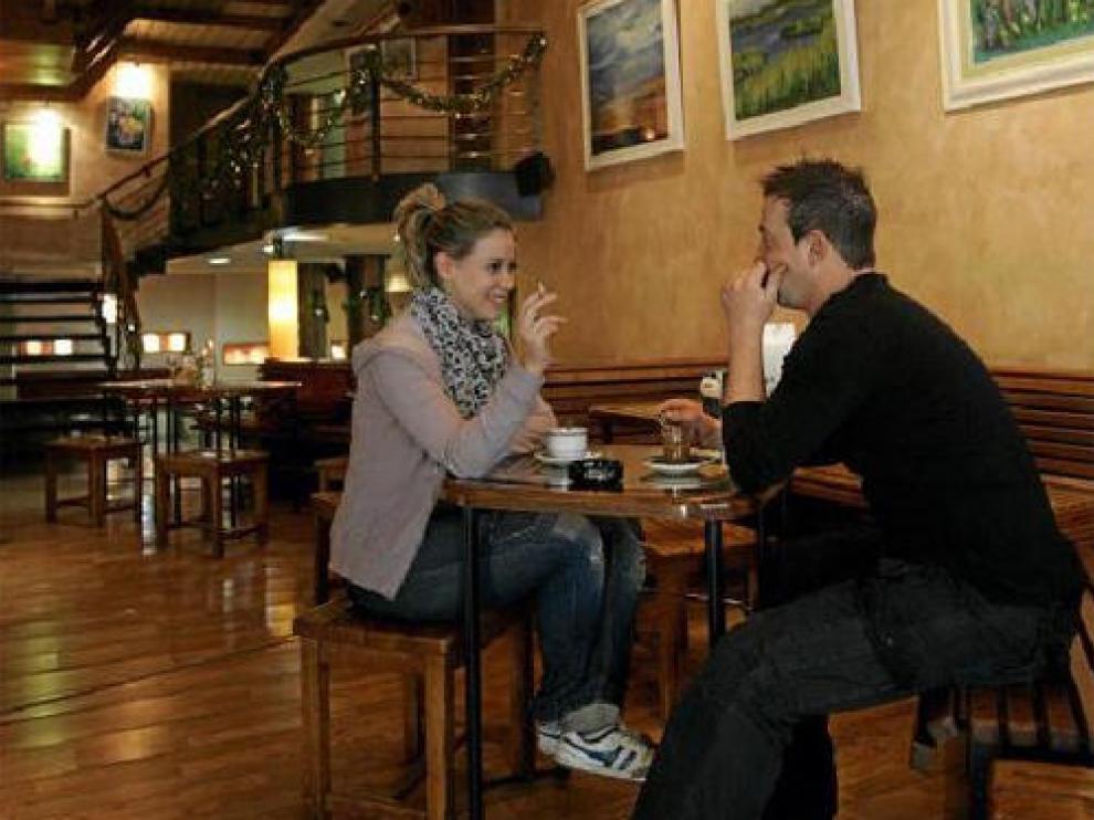 Ana y Carlos fuman un cigarrillo en el Astoria, en la calle San Vicente de Paúl, en Zaragoza