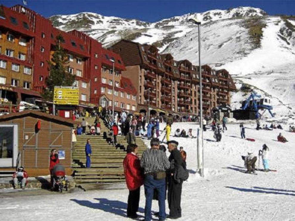 Vista de la estación de esquí de Astún, con parte de los desarrollos urbanísticos ejecutados antes de que se anulara el plan parcial
