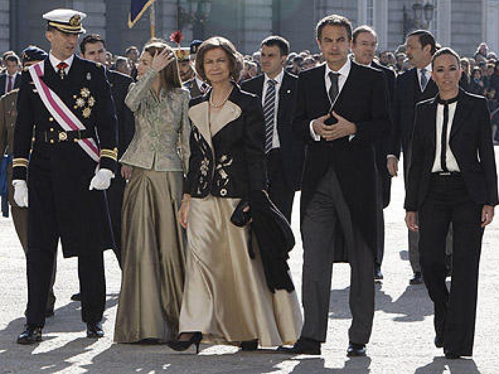 Carme Chacon (d) junto a la Familia Real y el presidente del Gobierno