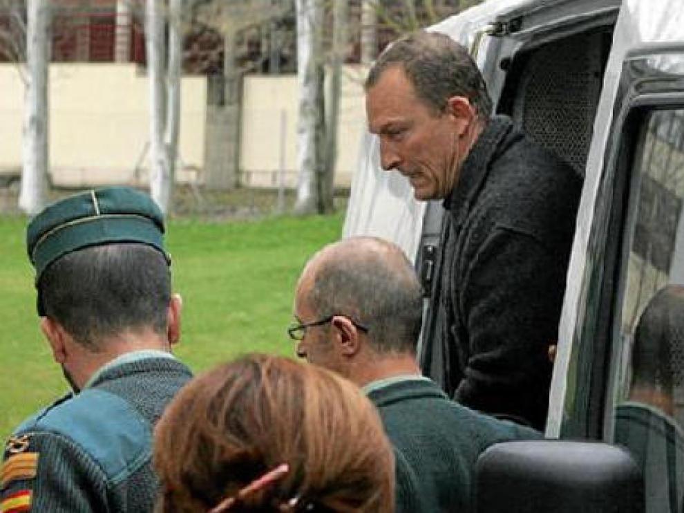El presunto autor del crimen de Fago, Santiago Mainar, salede un furgón policial