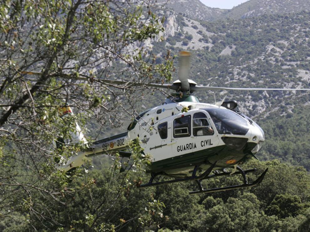 Un helicoptero de la Guardia Civil de Huesca participando en un rescate en Rodellar.