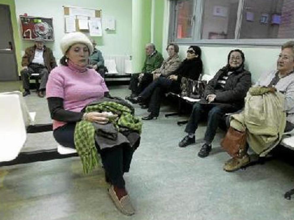 Varios pacientes ayer por la tarde en el centro de salud del Arrabal