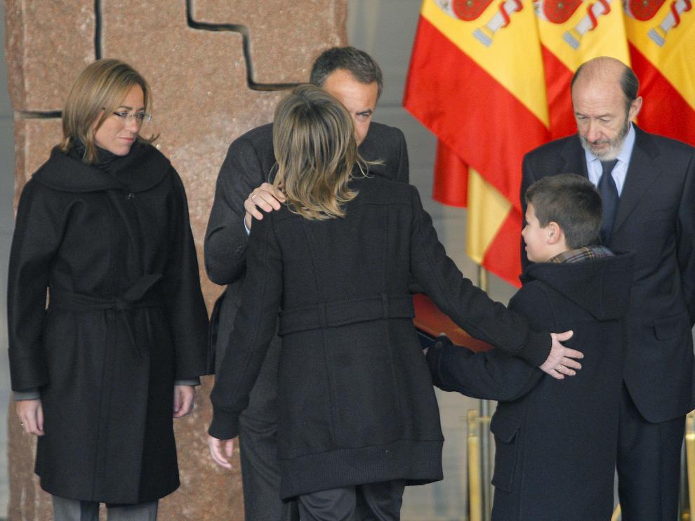 - El presidente del Gobierno, José Luis Rodríguez Zapatero (c), junto a la ministra de Defensa, Carme Chacón (i), y el ministro de Interior, Alfredo Pérez Rubalcaba, saludan a la viuda y el hijo de una víctima