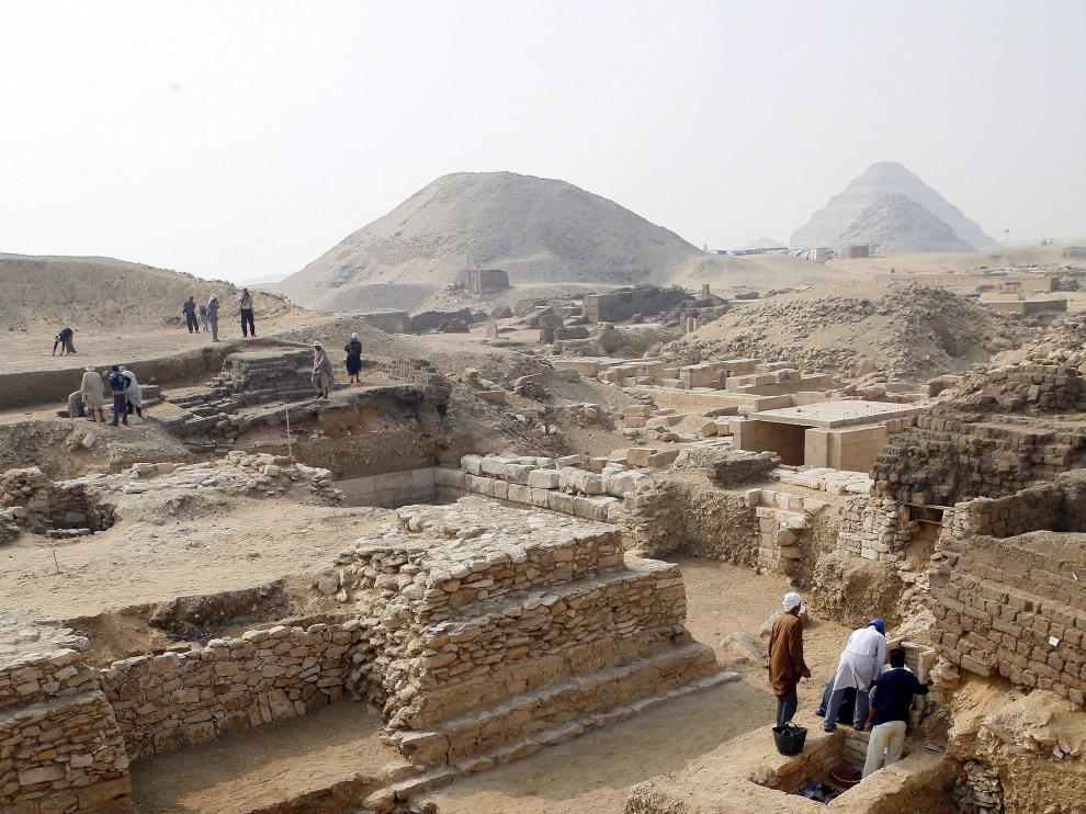 Varios arqueólogos trabajan en una zona de El Cairo