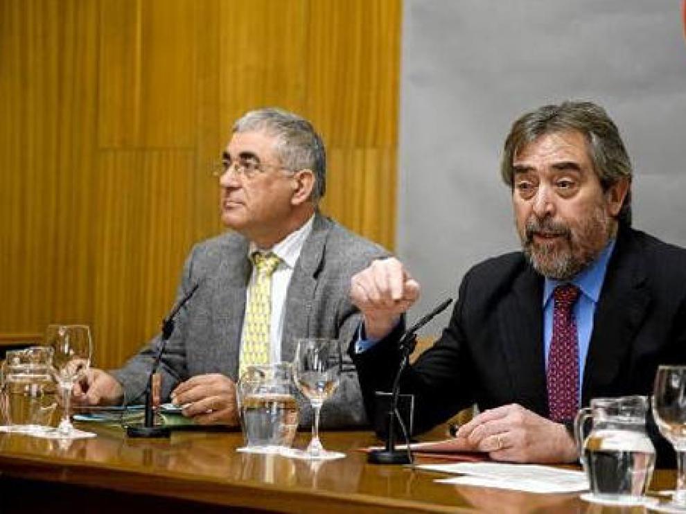 El portavoz del PAR, Manuel Blasco (a la izquierda), y Juan Alberto Belloch, ayer en el ayuntamiento