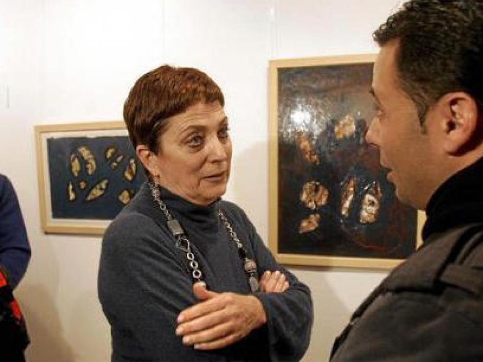 Mercedes Gallizo charla con uno de los autores de varios cuadros expuestos en Torrenueva