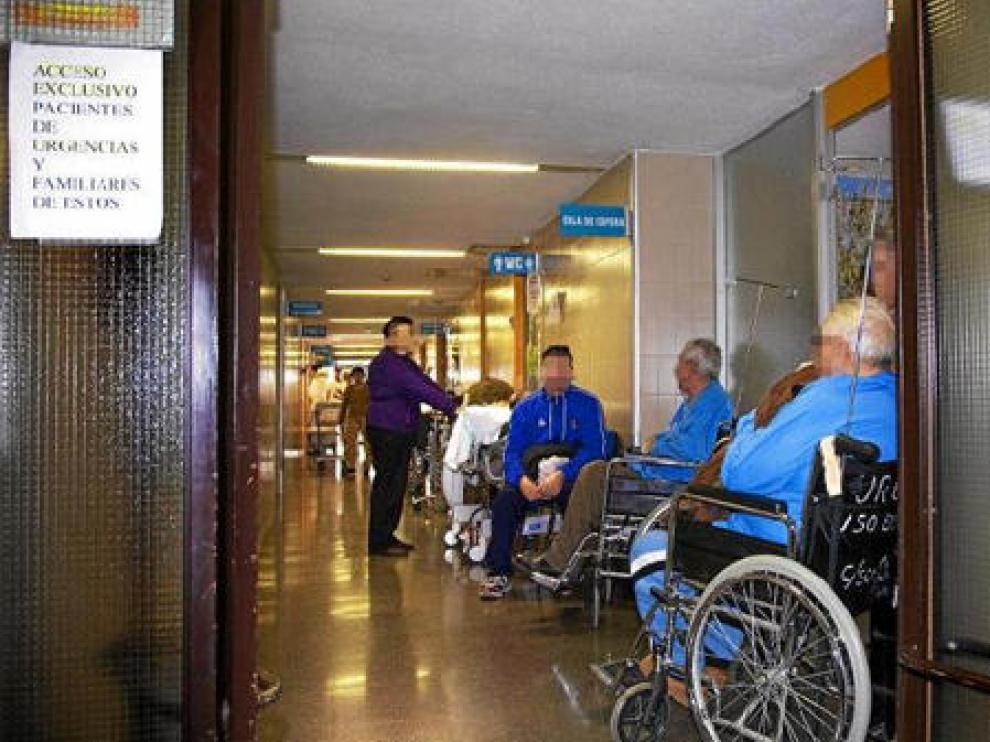 Camas y pacientes en sillas de ruedas llenaban ayer los pasillos de Urgencias del Hospital Ernest Lluch de Calatayud