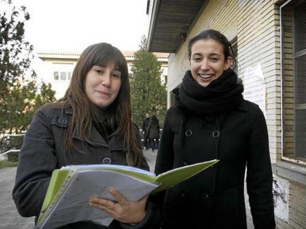Lucía Herrer y Mar Condor, ayer a la salida de la sala de estudio del pabellón de Filología