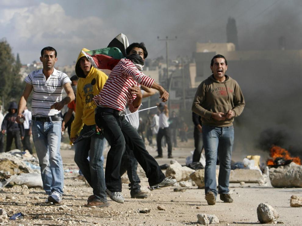 Jóvenes palestinos atacan con piedras a las tropas israelíes