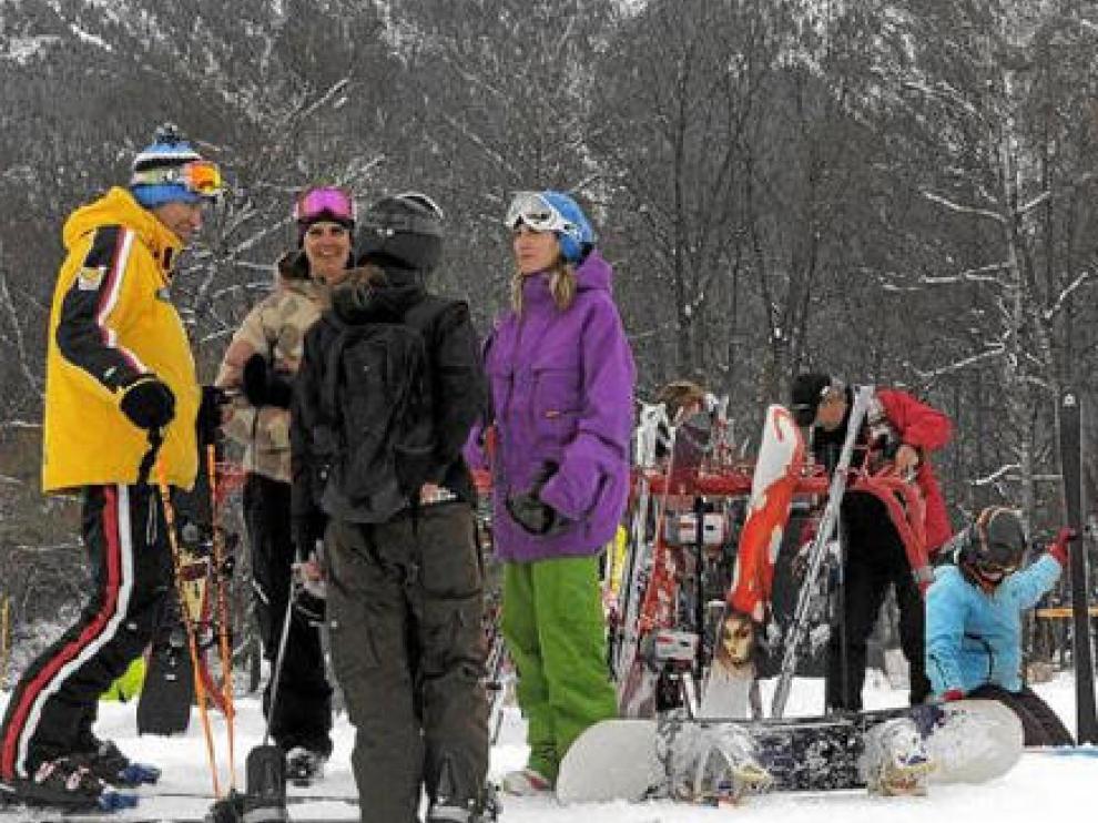 Un grupo de esquiadores se toma un respiro en la zona del Molino de Cerler