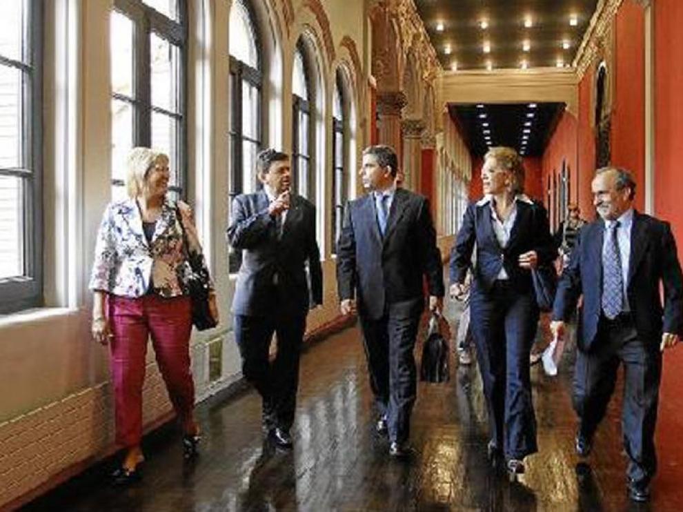 Por la izquierda, la vicerrectora Pilar Zaragoza y el rector Manuel López. Por la derecha, el director general de Enseñanza Superior, Jesús Jiménez, y la consejera de Universidad, Pilar Ventura.