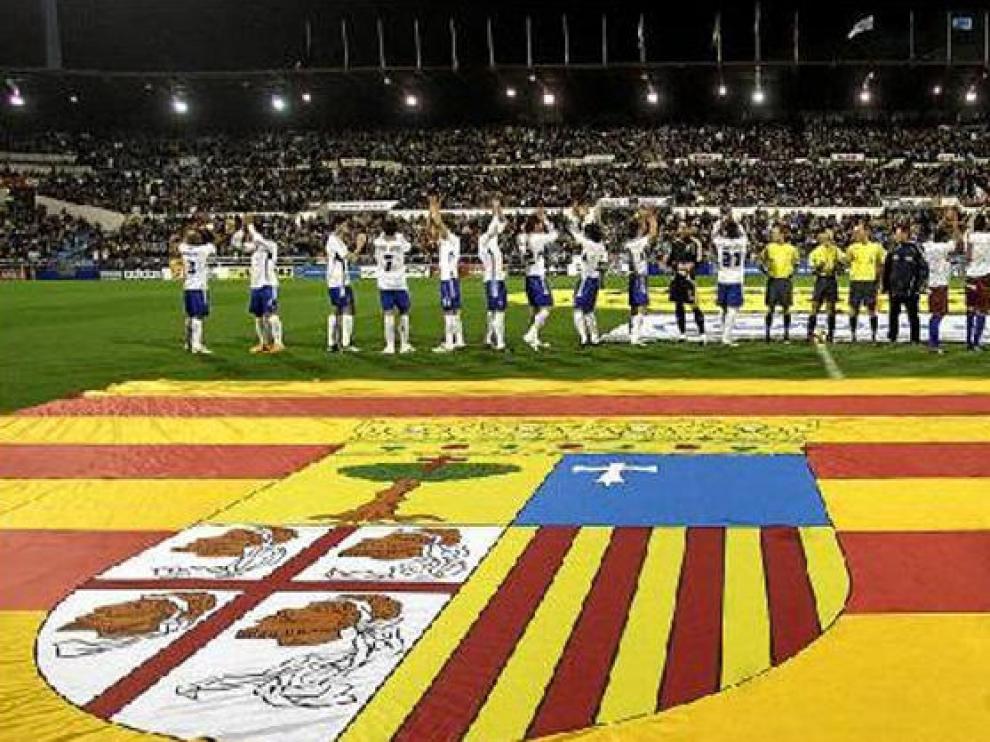 Real Zaragoza y SD Huesca saludan a sus aficiones en el derbi que tuvo lugar en La Romareda en diciembre.