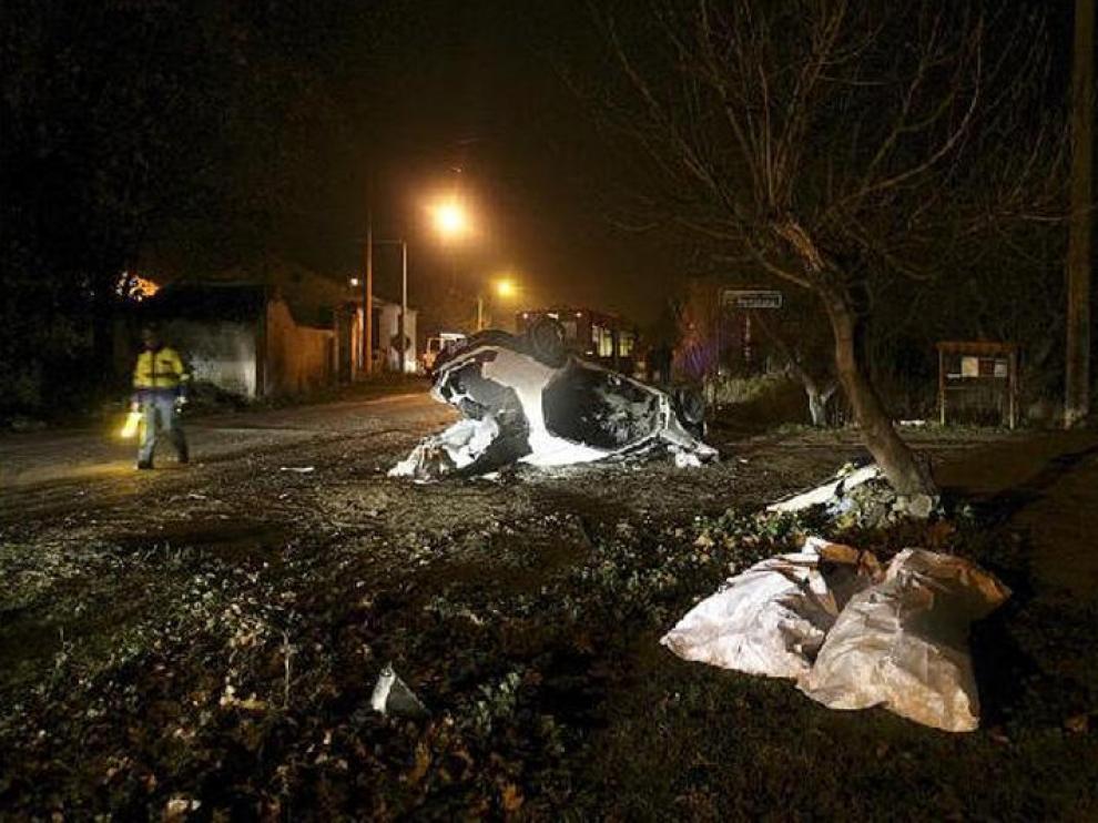 Los cuerpos de los dos fallecidos, de 77 y 73 años, junto a los restos del vehículo siniestrado en esta curva de la A-123.