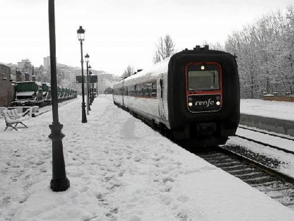 Un tren hacía su entrada ayer por la mañana en la estación de Teruel procedente de Valencia.