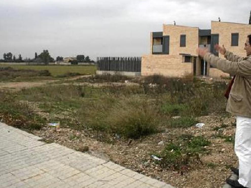 Diego Melero, teniente de alcalde de Utebo, muestra la ubicación de la futura guardería de Malpica.