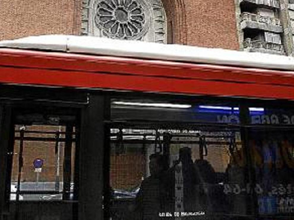 Los autobuses llevan anuncios en la trasera y los laterales.