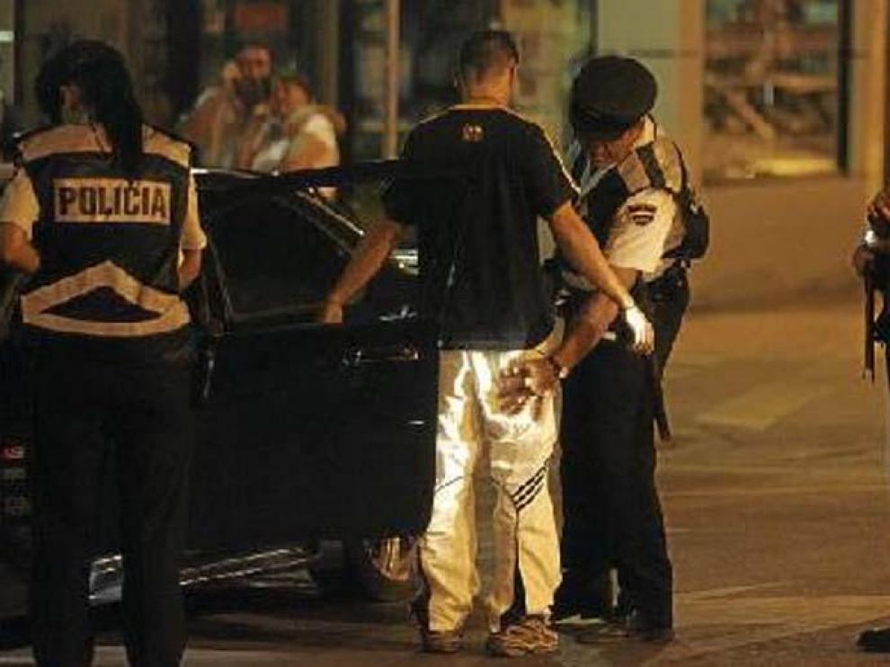Agentes de la Policía Nacional y Local, durante un control conjunto de drogas y alcohol en Huesca.