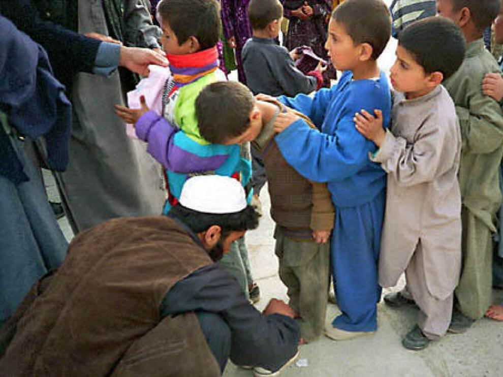 Niños huérfanos hacen fila en Kabul