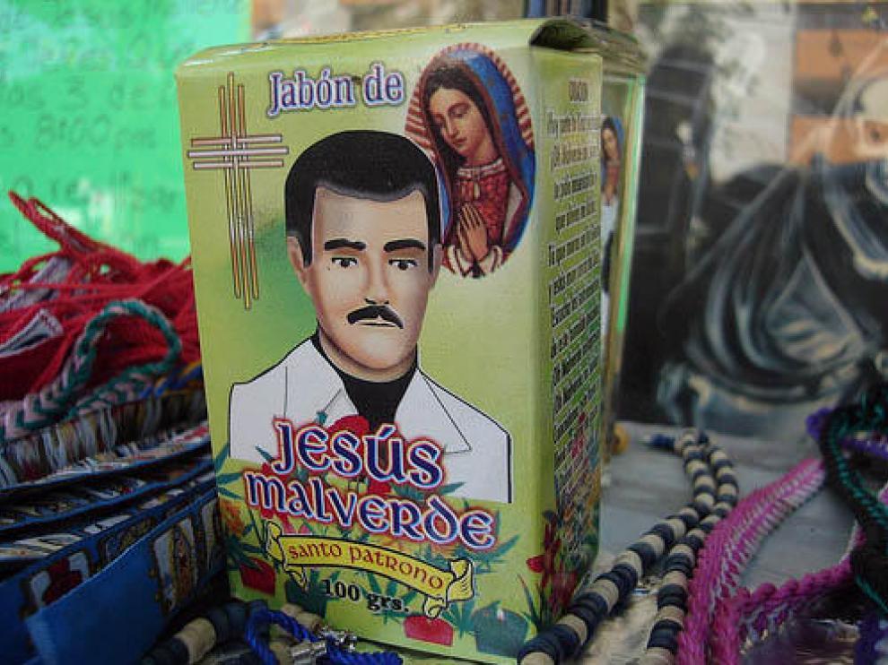 La imaginería en torno al santo es muy variada, como este jabón