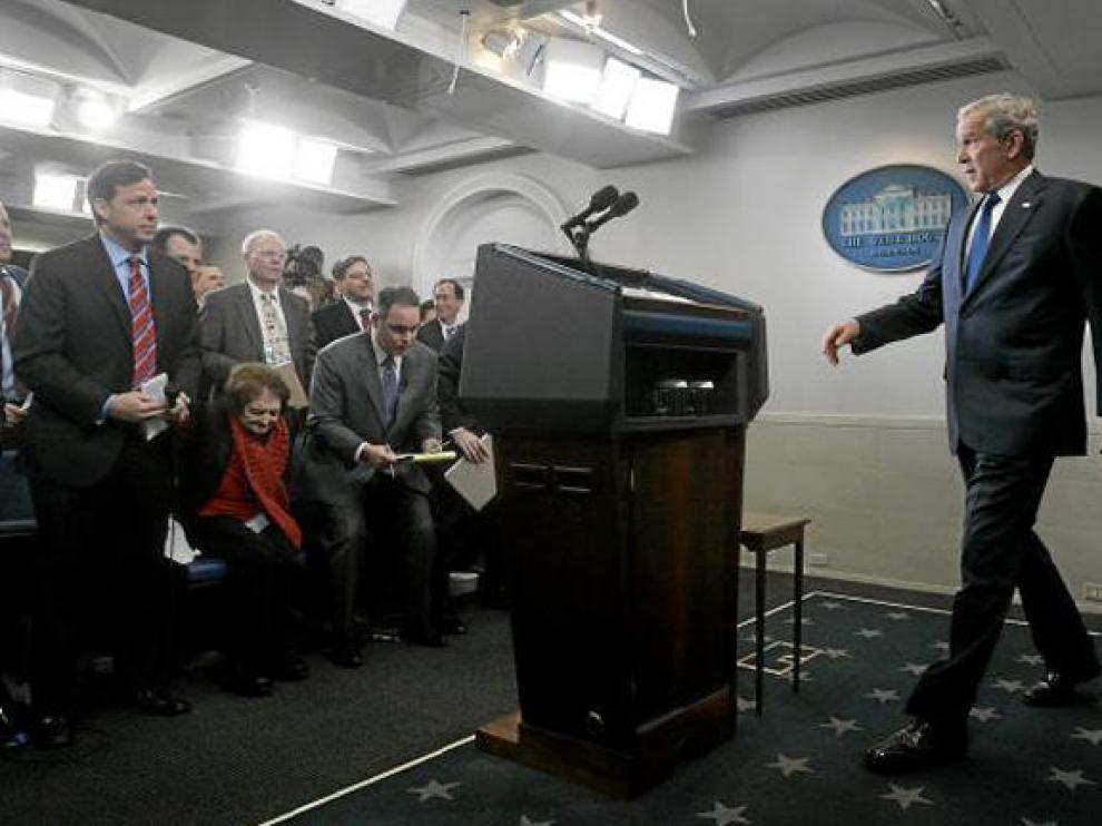 Los periodistas reciben a Bush, en la que fue su última rueda de prensa como presidente.