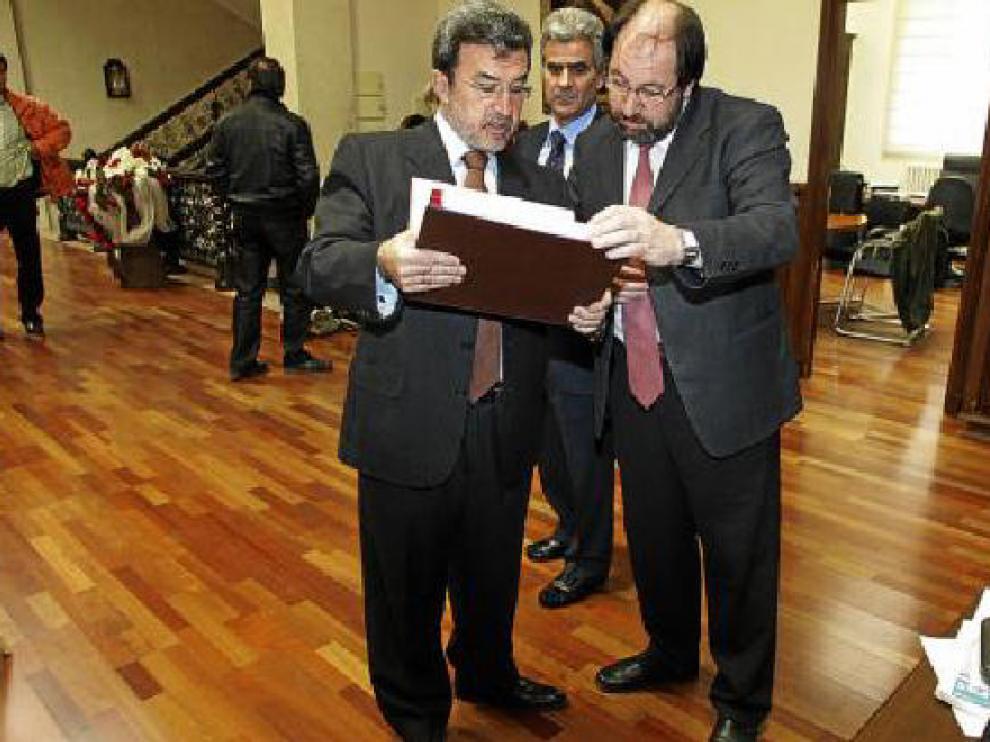 Imagen de archivo de Miguel Ferrer -izquierda- junto a Julio Esteban ante la mirada del portavoz del PAR.