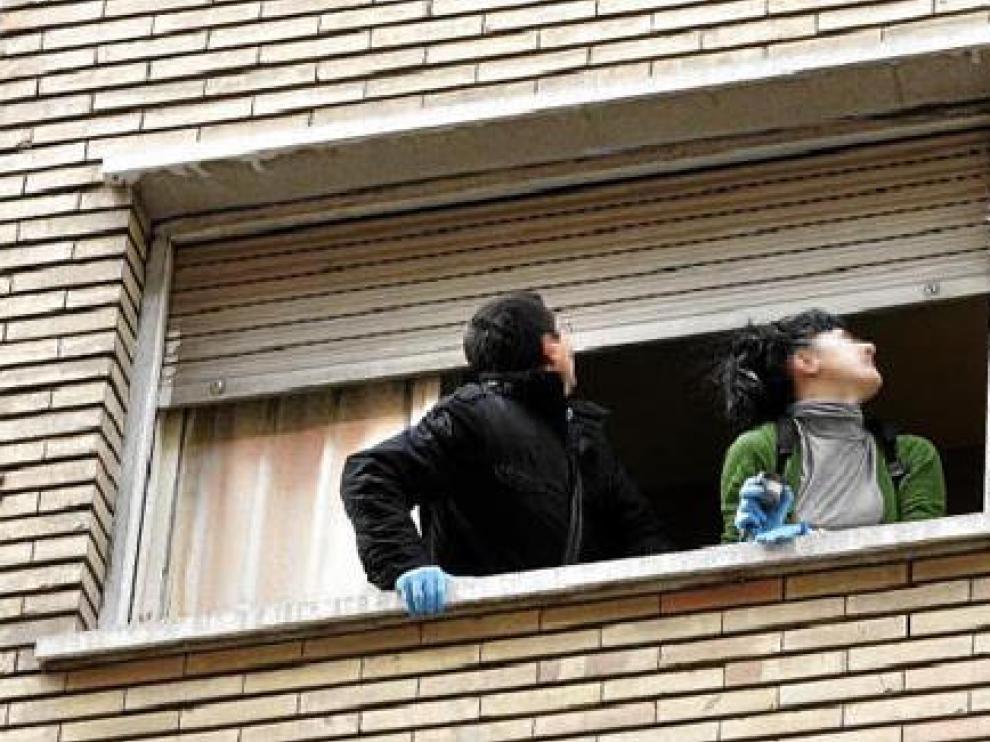 La Policía Científica estuvo buscando huellas en la ventana desde la que cayó la víctima