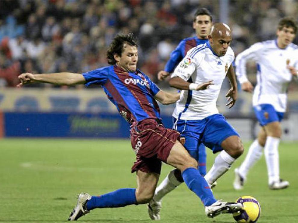 Juanjo Camacho intenta frenar el avance de Ewerthon, en el partido que Real Zaragoza y Huesca disputaron en La Romareda
