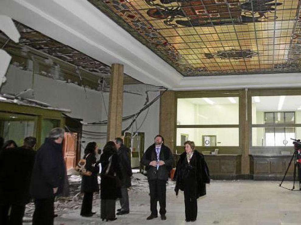 La subdelegada del Gobierno -en el centro- visitó la sede del Banco de España, que guarda en el techo el escudo preconstitucional.