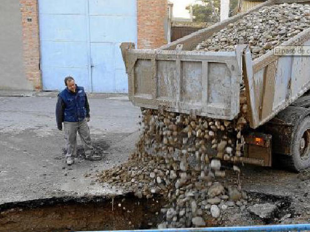 Un operario trabaja en el relleno del gran socavón de una calle del centro de Villafranca.
