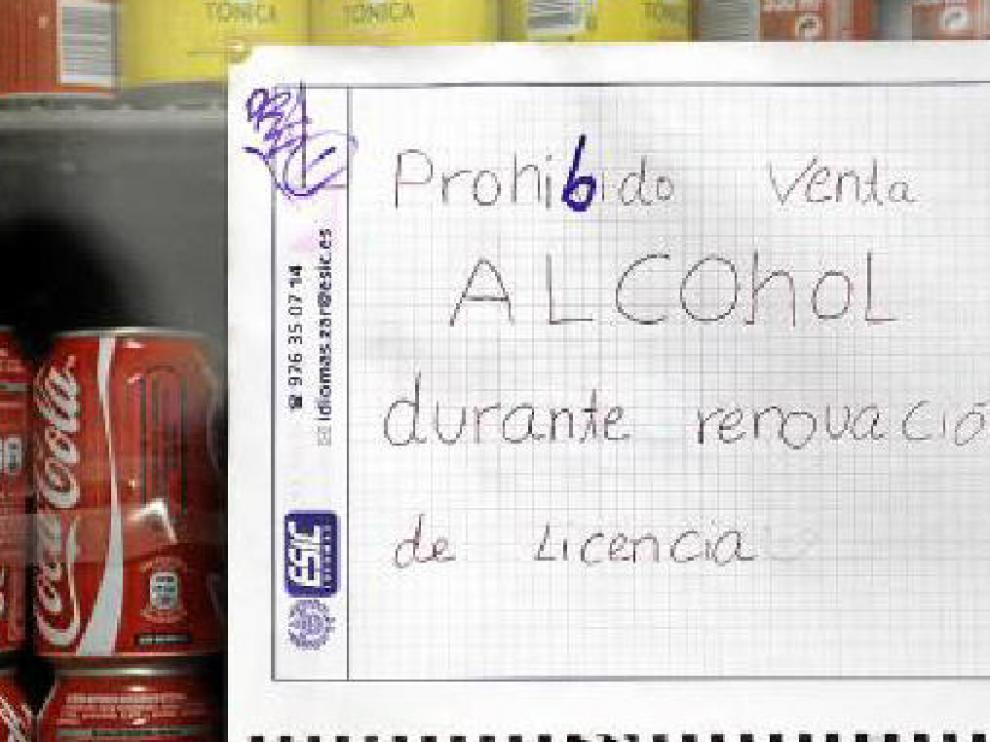 Cartel que exhibía ayer una de las tiendas de la calle de Conde de Aranda.