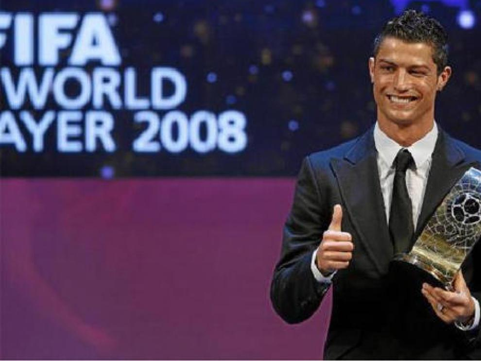 El portugués Cristiano Ronaldo, del Manchester United, con el trofeo del 'FIFA World Player'