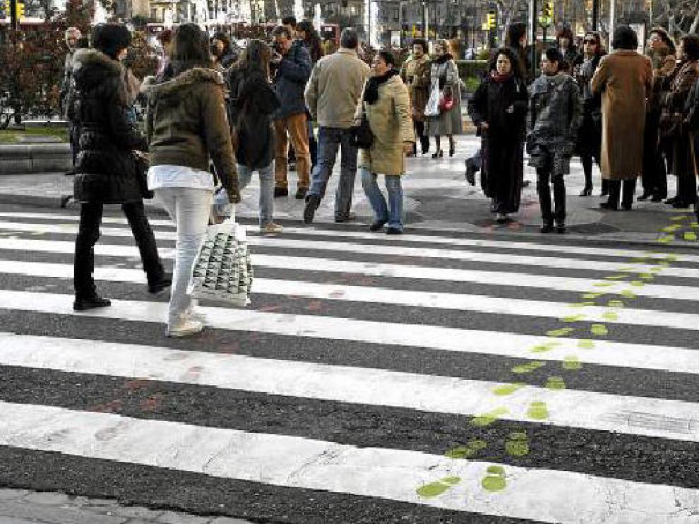 En el paseo de Constitución con plaza de Paraíso ya se han pintado huellas autoadhesivas.