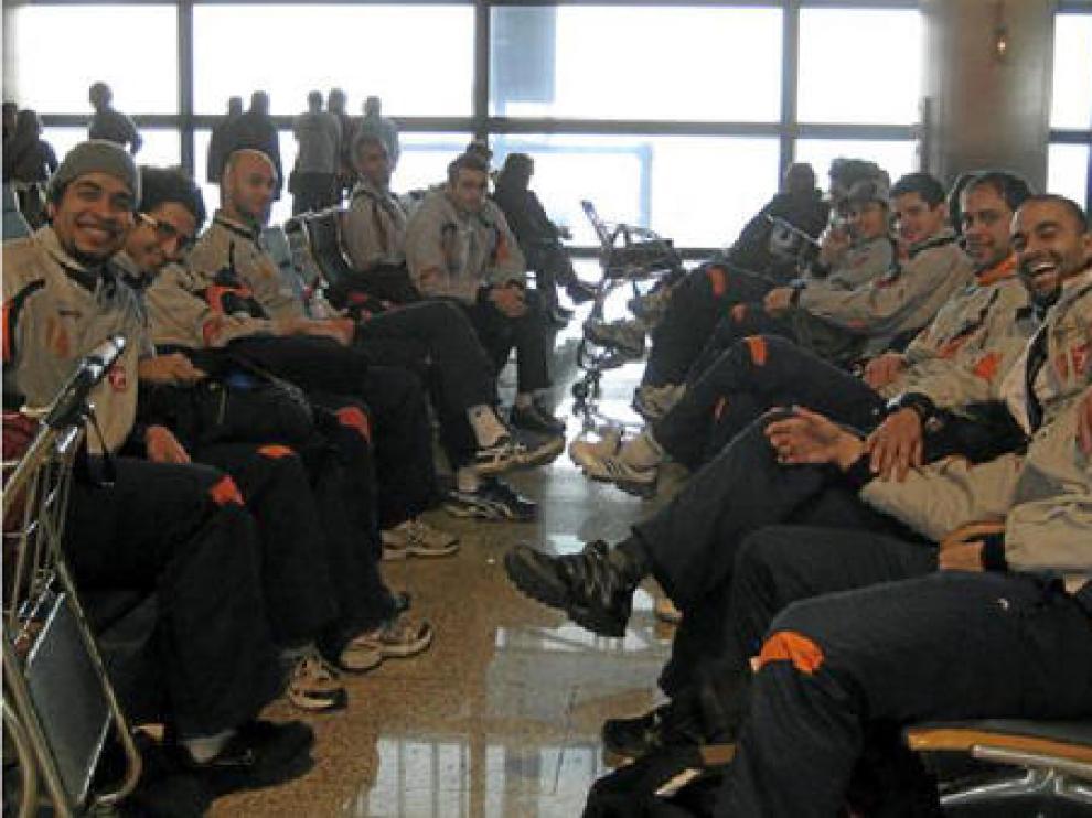 Los jugadores del CAI Teruel, en el aeropuerto de Barajas, antes de partir hacia Estambul.