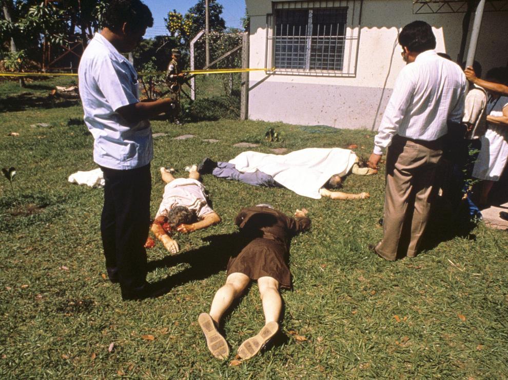 Fotografía de archivo de los cuerpos de varios de los asesinados
