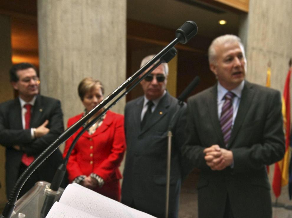 El delegado territorial de la ONCE en Aragón entregó al presidente de las Cortes uno de los ejemplares