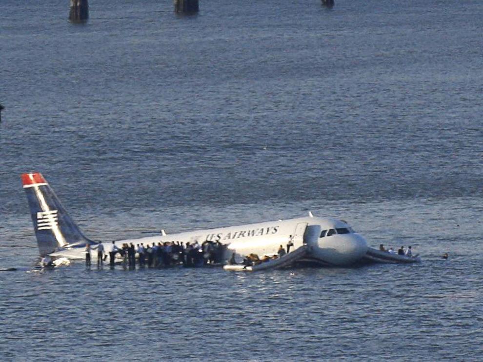 Los pasajeros aguardan sobre el ala a ser rescatados