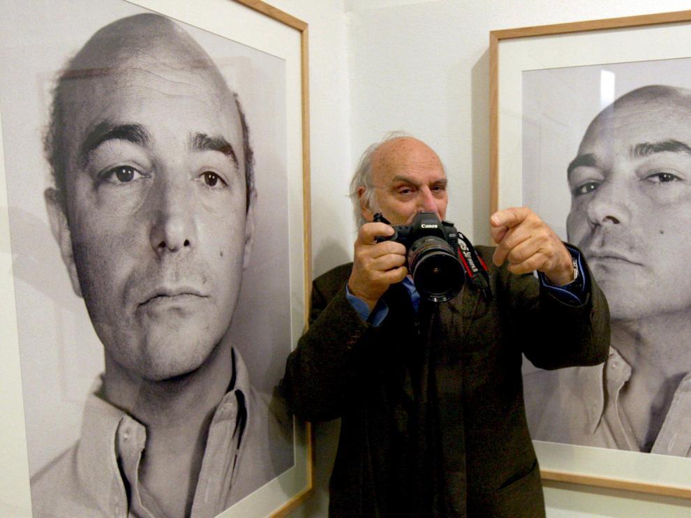 El cineasta Carlos Saura, junto a dos de las fotos de su hermano