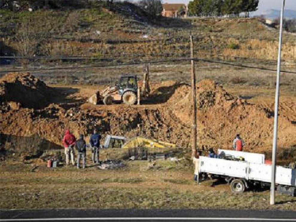 Varios operarios trabajan en la reparación de la avería que dejó sin agua a la ciudad.
