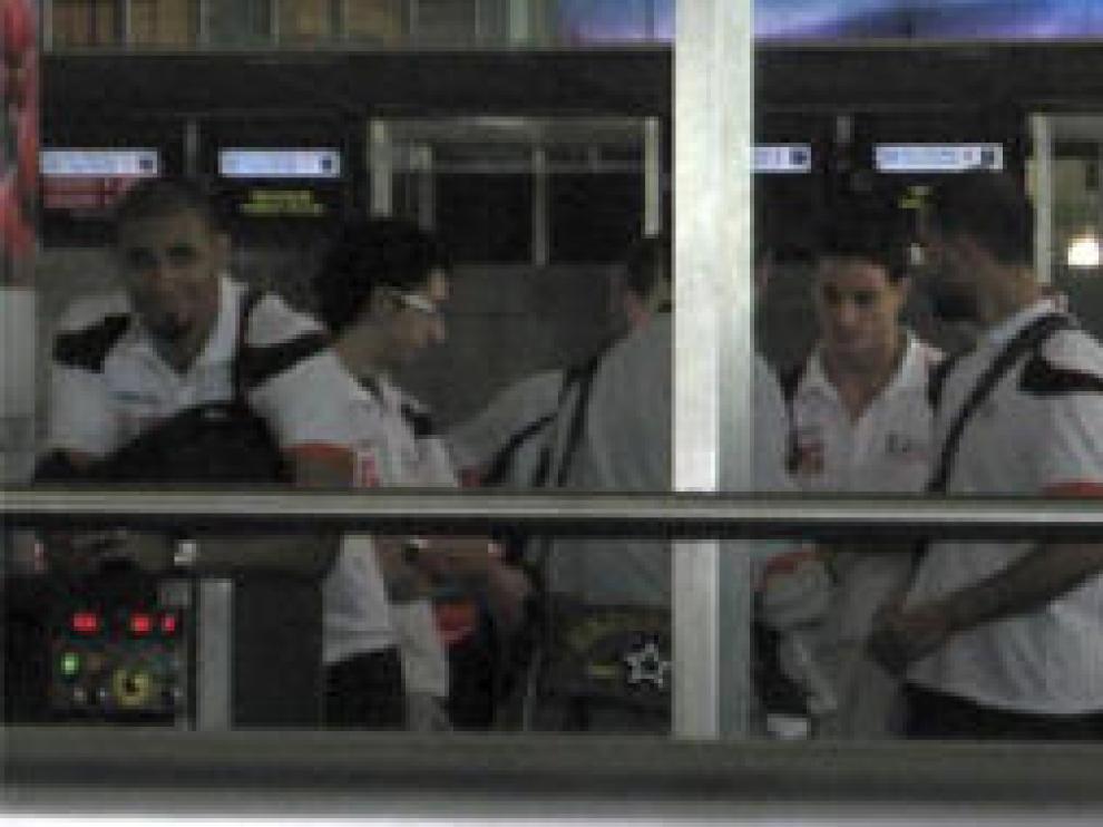 La expedición naranja factura el equipaje en el aeropuerto de Atatürk, antes de coger el avión rumbo a Barcelona.