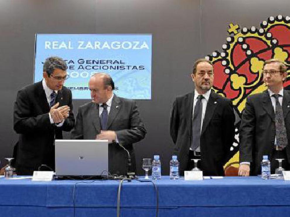 Los consejeros del Real Zaragoza durante la última junta de accionistas.
